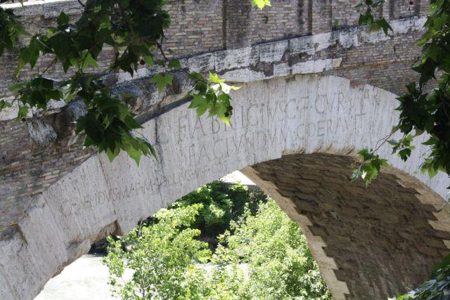 Ponte Fabricio, crown inscription